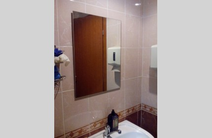 Небольшое простое зеркало в ванну