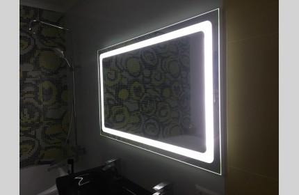 Большое зеркало с яркой подсветкой