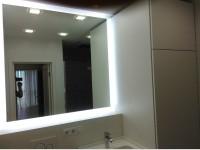 Зеркало в нише с усиленной подсветкой