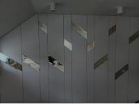 Зеркальные вставки на стене