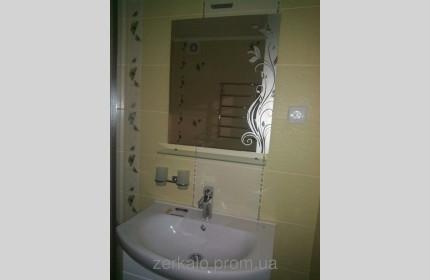 Зеркало с матовым рисунком и стеклянной полочкой